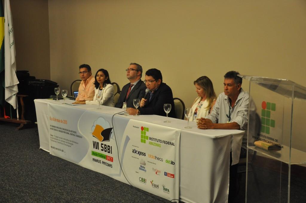 Mesa abertura composta por reitor do IFAM, diretores de campi, organizadora da VIII SBBI e presidente da Comissão Brasileira de bibliotecas da Rede Federal