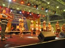 Crianças indígenas apresentam canções da etnia Tikuna no Fórum Mundial de Educação Profissional e Tecnológica, em Olinda (PE)