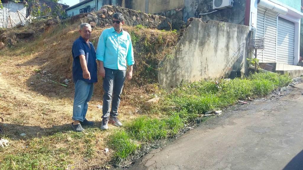 Vereador Joelson Silva ao lado de um morador fiscalizando esgoto a céu aberto na rua Stanislau Afonso - foto Assessoria do vereador