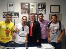 Hinaldo (de amarelo) já foi visto em várias ocasiões com o deputado José Ricardo – que não negou que o conhece (Foto: Reprodução/Facebook)