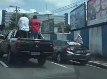 ELEIÇÕES 2016:Motorista é flagrado transportando  candidato a prefeito na carroceria de Picape Mitsubishi L200,  em Manaus