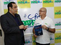 Juiz Luiz Chaves entrega cartilha à coronel Menezes