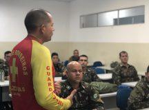 CBMAM realiza instruções de salvamento aquático para militares do Exército Brasileiro