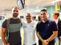 Coronel Menezes recebe, no aeroporto de Manaus, Eduardo e Flávio Bolsonaro