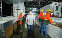 Prefeito David Almeida fiscaliza obras finais da 'feira flutuante', que será entregue no dia 19