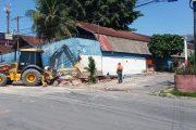 REORDENAMENTO URBANO – Ocupação irregular que cobria fachada de escola municipal é demolida em ação integrada