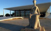 DF - TURISMO/DF - VARIEDADES - Estátua da Justiça em frente ao prédio do Supremo Tribunal Federal (STF), na Praça dos Três Poderes, em Brasília (DF).   15/08/2003 - Foto: JOSÉ PAULO LACERDA/AGÊNCIA ESTADO/AE